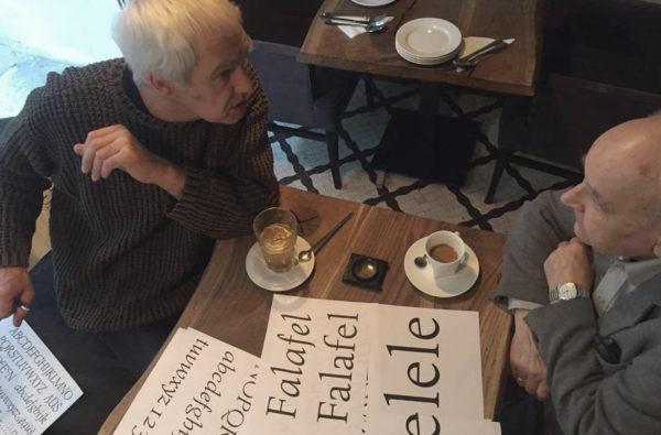 2_Leszek dyskutuje z panem Andrzejem Heidrichem na temat postępu prac nad odmianą Regular, fot. Mateusz Machalski