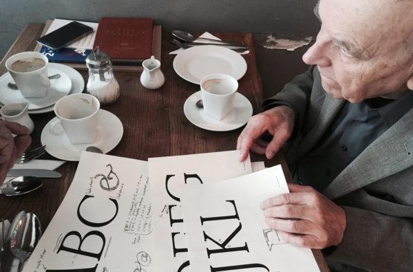 3_Pan Andrzej Heidrich przegląda sugerowane zmiany konstrukcyjne w niektórych literach, fot. Mateusz Machalski